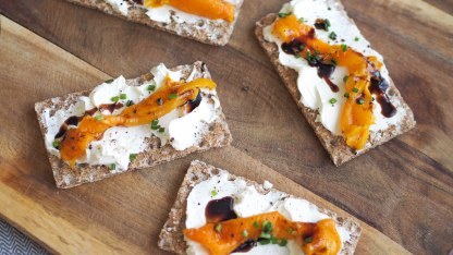 Rye crispy bread boats with cream cheese and roasted bell pepper